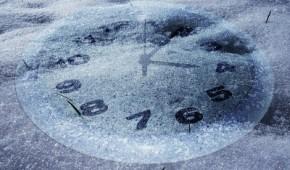 Uhr im Schnee