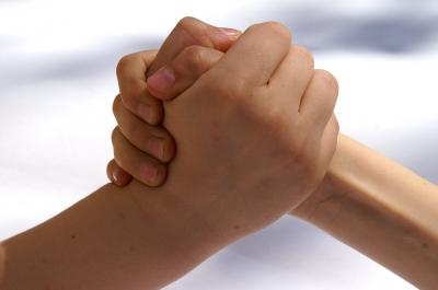 Zwei Hände, die sich stärken