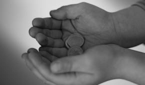 Hände mit Geld