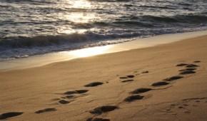 Strand mit Fußspuren