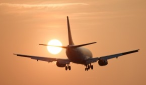 Flugzeug fliegt Richtung Sonne