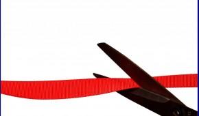 Schere mit rotem Band