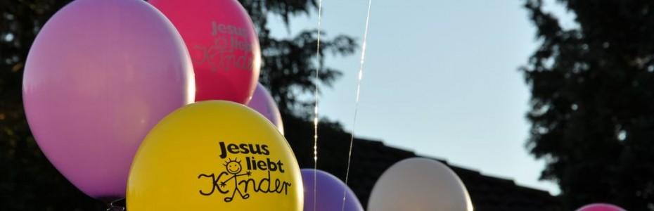 Auch diesen Monat startete wieder einmal die Luftballonaktion bei uns. Mittlerweile sind wir schon ein eingespieltes Team, was die Vorbereitungen betrifft. ;)