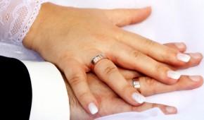 Zwei Hände bei einer Trauung