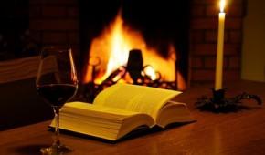Mit Buch und Wein am Feuer