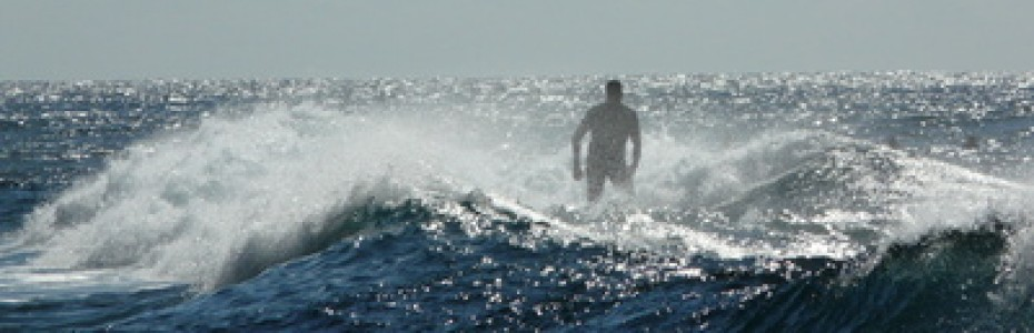 Hier entdecke ich eine Ähnlichkeit zu Petrus, welcher vom Beruf Fischer war und später ein Jünger Jesu wurde. Petrus sprach oft unüberlegt und handelte impulsiv. So auch in der folgenden Geschichte, als Petrus und die anderen Jünger weit weg vom Ufer in einem Boot in Seenot geraten.