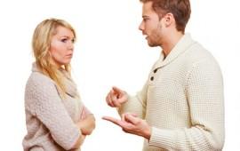 Mann streitet mit seiner Partnerin