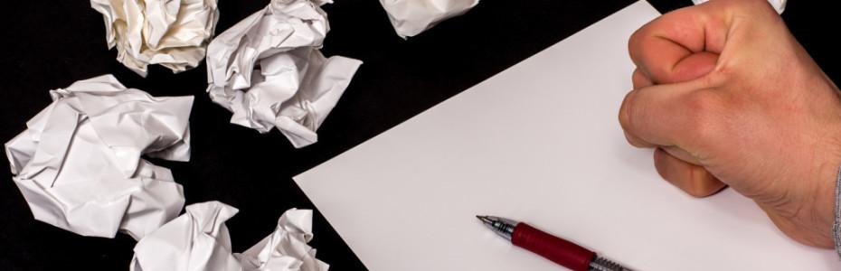 Manchmal würde ich gerne mehr schreiben. Oft bin ich mit mir selbst nicht zufrieden. Aber es gibt Tage, da sitze ich 'stundenlang vor dem Papier' und weiß einfach nicht was ich schreiben kann oder soll. Solche Momente nerven, weil man ja weiß, dass man schreiben will. Man will produktiv sein. Aber wenn das Blatt leer bleibt, fühlt es sich so furchtbar unproduktiv an.  Und dann fängt man an zu zweifeln, zumindest ist es bei mir so, ob irgendwas nicht mit mir stimmt. Es will einfach nicht. Es läuft nicht. Schon öfters habe ich die Gedanken gehabt: 'Was ist, wenn einfach nichts mehr kommt - mir nichts mehr einfällt und Meeting Jesus stehen bleibt?