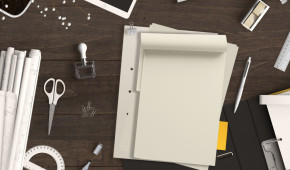 Schreibtisch mit Bromaterial und Papier fr Text