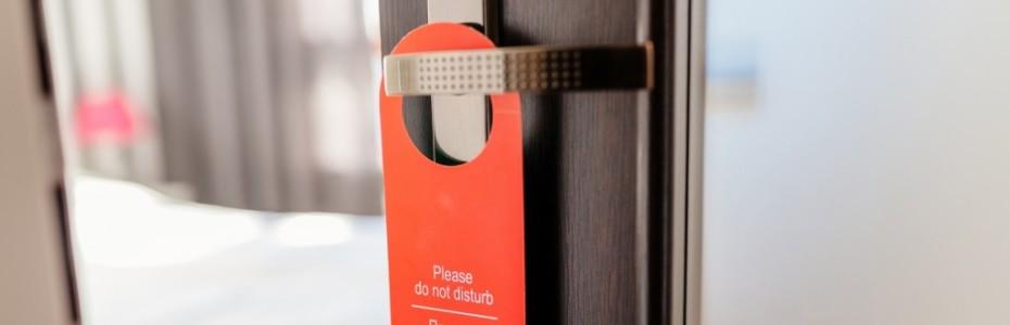 Wenn wir mit Meeting Jesus unterwegs sind, übernachten wir meist in einem Hotel. Immer wenn wir im Zimmer ankommen, nehmen wir uns das Schild mit der 'Bitte nicht stören' -Aufschrift und hängen es draußen an unsere Zimmertür. Fast schon ein Reflex, dass zu tun.