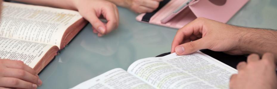 Die Bibel ist nicht einfach nur ein Buch. Du kannst sie nicht mit einem Sachbuch oder einem Roman vergleichen. Die Bibel steht für sich. Wenn man anfängt darin zu lesen, ist es für einen wie Balsam auf der Seele. Die Worte in diesem Buch haben die Kraft dein Leben zu verändern!